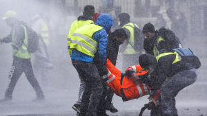 Protesterna som började den 17 november har krävt två dödsoffer medan hundratals har skadats