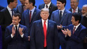 Gruppfoto: Alla G20-ledare applåderar, utom Donald Trump i mitten