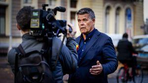 Den 69-åriga holländaren Emile Ratelband talar med medier. Ratelband vill ändra på sitt födelsedatum.