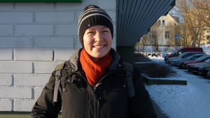 Pia Prost i ett vinterlandskap med mössa på huvudet.
