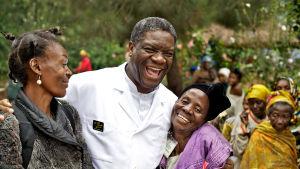 Denis Mukwege naisten keskellä.