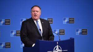 Mike Pompeo vid en talarstol under Natomötet i Bryssel.