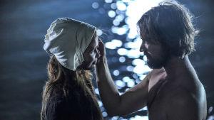 Tarina nuoren naisen intohimoisesta rakkaudesta, petoksesta ja sovituksesta Ahvenanmaan noitavainojen aikana.