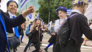 Estniska barn marscherar till Sångarfältet i Tallinn för att delta i Ungdomarnas sångfest år 2017.