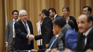 FN-sändebudet Martin Griffiths skakar hand med en av de jemenitiska delegaterna under öppningen av samtalen i Johannesbergs slott på torsdagen 6.12.