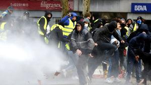Också i Belgiens huvudstad Bryssel drabbade kravallpolis och demonstranter klädda gula västar samman under lördagen.