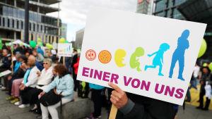Antiabortdemonstranter håller upp plakat i Berlin.