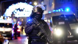En polis i närheten av den julmarknad i Strasbourg där attacken inleddes.