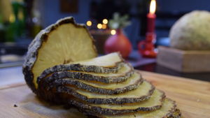 Helbakad griljerad rotselleri på en skärbräda