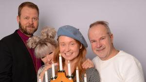 Teemu Laajasalo, Tarja Närhi, Aino Venna ja Petri Laaksonen joulukynttelikön takana