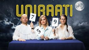 Aleksis Salusjärvi, Suvi Tuuli Kataja ja Soila Lauronen istuvat öisessä kuutamomaisemassa Uniraati-tekstin alla. Heillä on kädessään raadin pistelaput ja he ovat pukeutuneet pyjamaan.