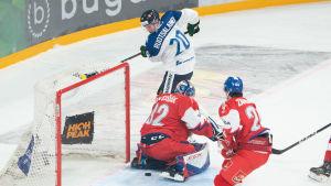 Arttu Ruotsalainen gör mål mot Tjeckien.