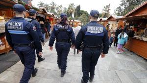 Franska poliser patrullerar igenom en julmarknad i Nice i Frankrike.
