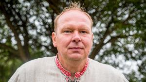 Kukkakuhhauksen isäntä, kukkaviljelijä Markku Halonen lähikuvassa.