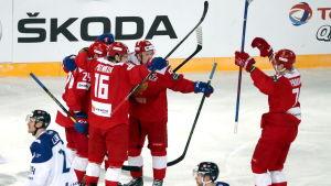 Ryssland firar ett mål mot Finland.