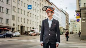 Toimittaja Juhani Seppänen metsurinkypärä päässä kaupungissa.