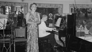 Sopraano Lea Piltti ja pianisti Kosti Vehanen esiintyvät sotakiertueella.