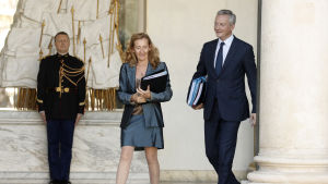 Frankes justitieminister Nicole Belloubet och finansminister Bruno Le Maire i Elysee Palatset.