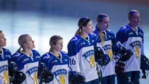 Längst till höger vid nationalsången Jenniina Nylund.