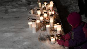 Invånare i Arabiastranden i Helsingfors tände ljus på juldagen till minne av pojken som blev offer för ett misstänkt mord  på julaftonen.