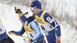 Ristomatti Hakola åker skidor.