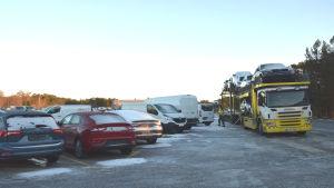 En långtradare med bilar på som ska transportera bilar från SE Mäkinen i Hangö till försäljare i landet.