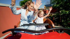 Prinsessa Madeleine ja Leonore huvipuistolaitteessa.