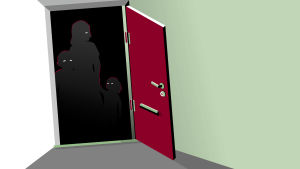 Perhe piileksii varjoissa oven takana