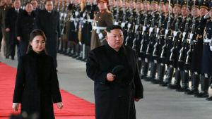 Kim firar sin födelsedag i Peking tillsammans med sin fru Ri Sol Ju. Här är den  officiella bilden då paret tar tåget till Peking