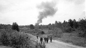 Sotilaita vetäytymässä Syväriltä Jatkosodassa 1944.