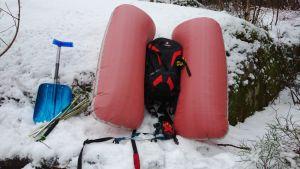 Lumivyöryalueella liikkuvan turvavälineet.