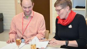 Kalle Ojanen och Lena Johansson skriver under samarbetesavtal.