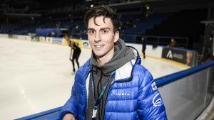 Konståkaren Roman Galay poserar utanför isrink 2018.