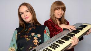 Ina Forsman ja Vilma Alina pitävät käsissään kosketinsoitinta