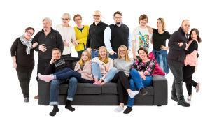 Sohvaperunoita 7. tuotantokaudella, paljon ihmisiä istumassa sohvalla ja sen takana.