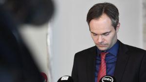 Inrikesminister Kai Mykkänen diskuterar sexualbrott.
