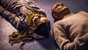 Elokuvan päähenkilöt vanki ja nuori tyttö  makaavat lattialla