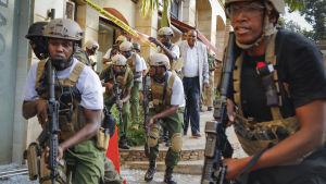 Polisens specialenhet genomsökte hotellet på jakt efter terrorister