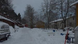 Lokföraregatan i vinterlandskap. Gamla hus i ganska dåligt skick