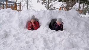 Neela Nyman och Annica Aarnisalo tittar ut från varsin snötunnel.