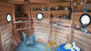 Leikkieläimiä sisällä pienessä Nooan arkki -leikkimökissä.