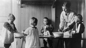 Barn tvättar händerna på hemmet Fylgia i Helsingfors  cirka 1919.