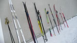 Skidor ställda mot en vägg.