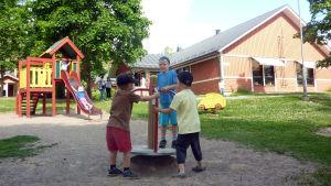 Barn leker på Österbo daghems gård i Ekenäs