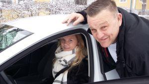 Elin Nyberg tar trafiklektioner med trafiklärare Toma Holmberg.