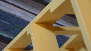 En detalj av en gul kökspall