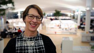 Suomen Kristillisdemokraattien puheenjohtaja Sari Essayah keskustakirjasto Oodissa