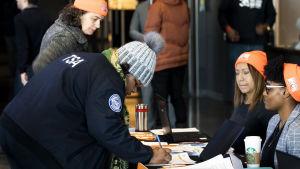 TSA-anställd skriver in sig i socialhjälpen.