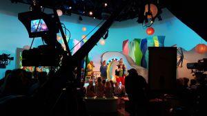 Studiossa kuvataan Seikkailukone-lastenohjelmaa
