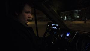 Taxichauffören Tor-Erik Stolpe sitter en mörk kväll vid ratten och väntar på kunder.